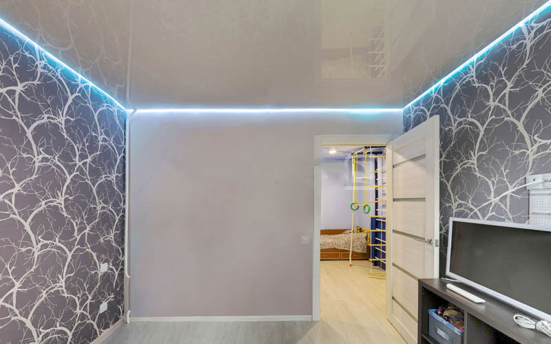Одноуровневый потолок с подсветкой
