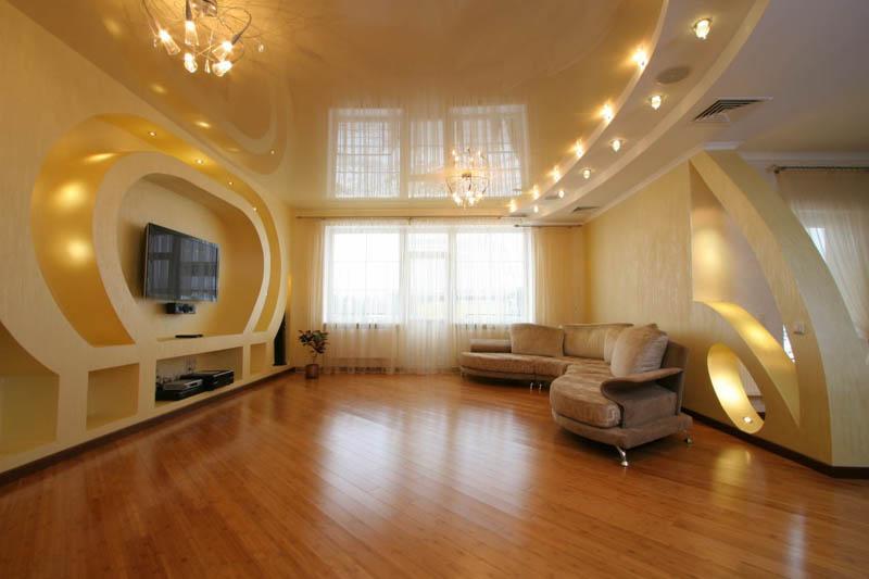 Большая гостиная с современным ремонтом