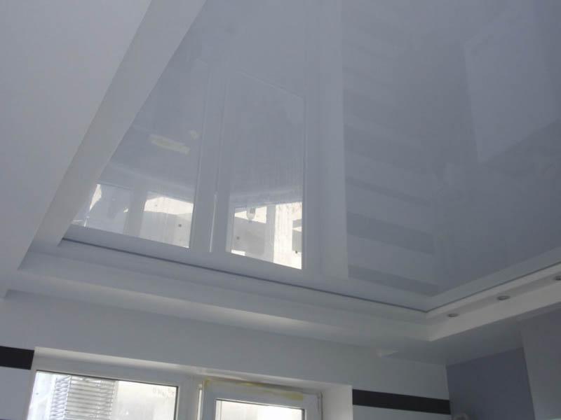 Белый классический потолок в комнате
