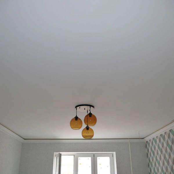 Матовое полотно на потолке