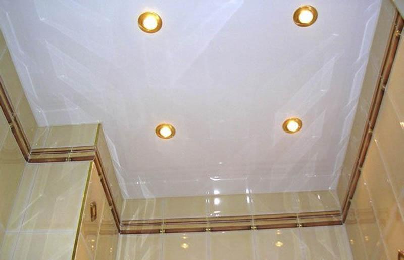 Освещение в натяжном потолке в санузле