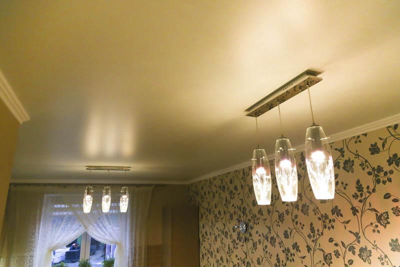 Сатиновый потолок отражает рассеянный свет