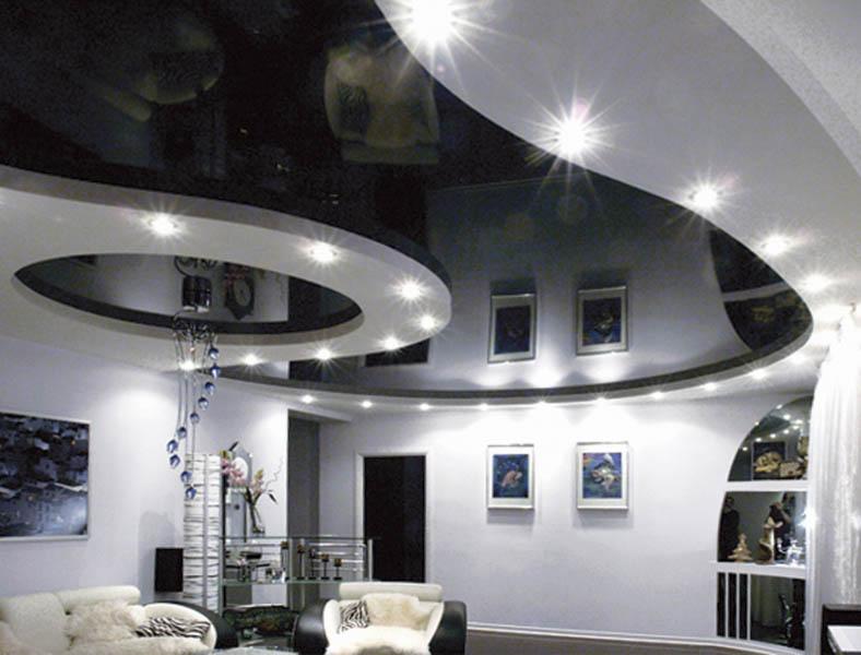 Строгий, но запоминающийся интерьер - акцент сделан на потолке