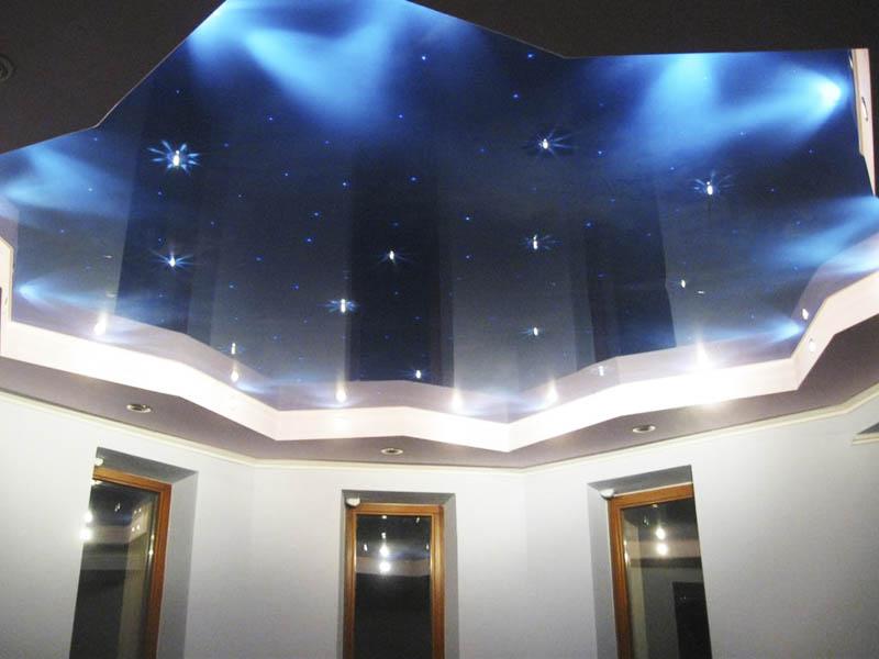 синий потолок создает эффект глубины