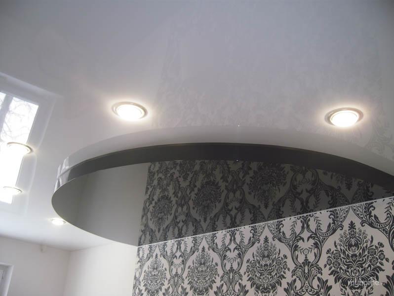 Натяжной потолок в два уровня, черный и белый цвета