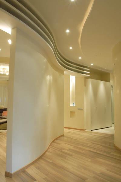 высокие потолки - фигурный ансамбль стены дополнен двухуровневым потолком