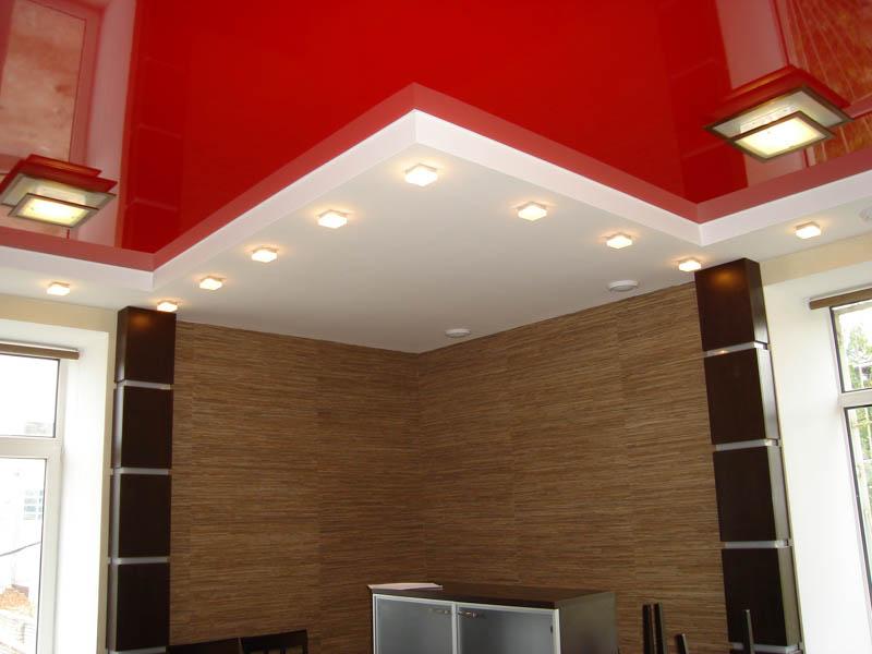 Натяжной потолок со строгой геометрией в интерьере