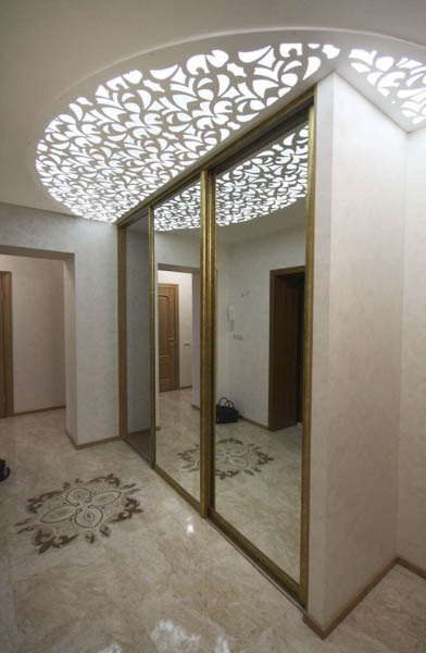 На фото за счет игры света и зеркал коридор кажется выше и просторнее