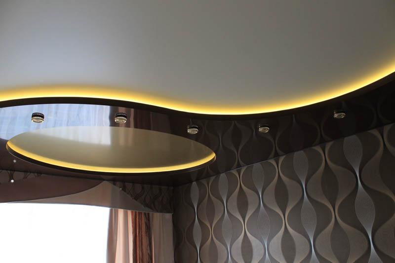 Двухуровневый потолок с диодной лентой