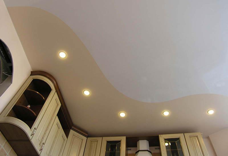 Комбинированный потолок на кухне бежевого цвета