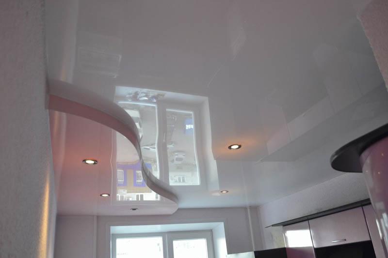 Натяжной потолок в два уровня в комнате