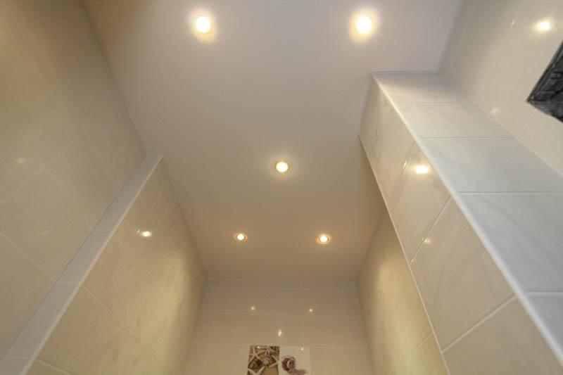 Красивый потолок в санузле