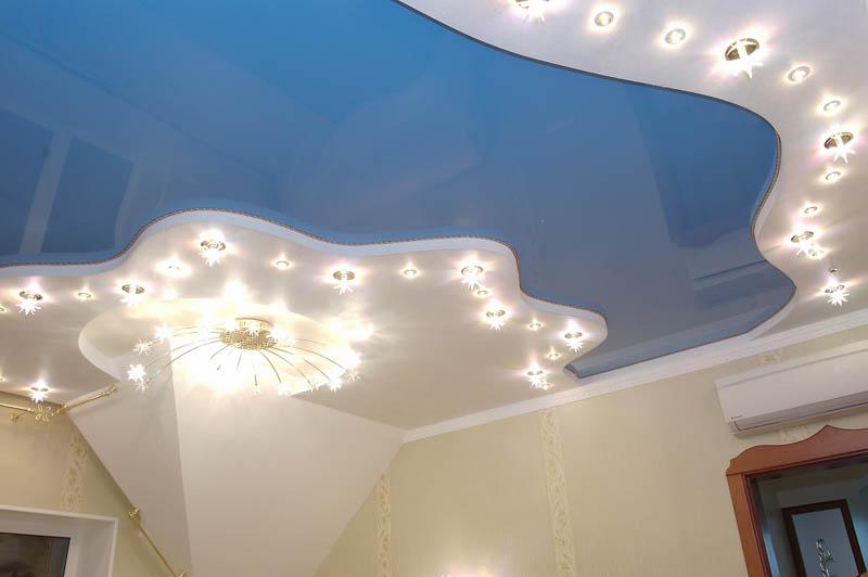 Большая площадь и освещение на потолке