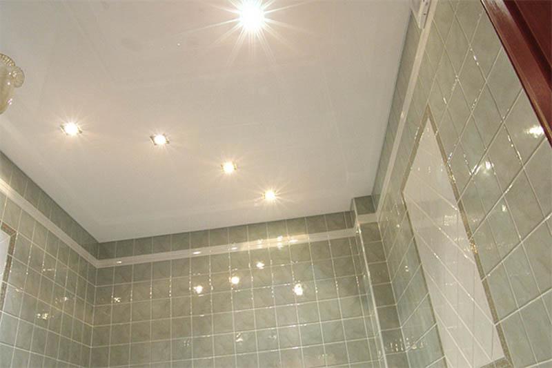 Освещение в натяжном потолке в санузле - 2