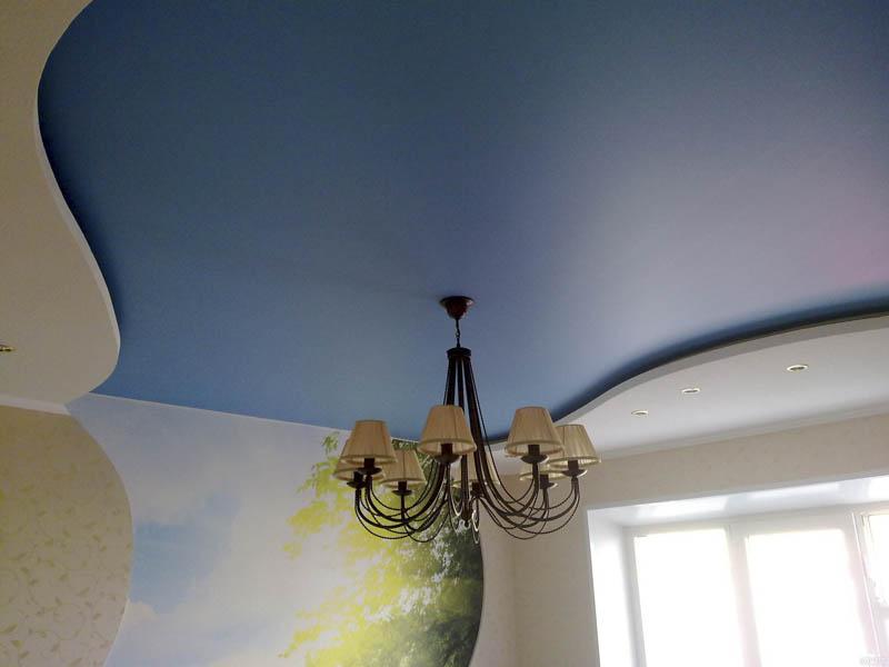 Синий натяжной потолок в два уровня