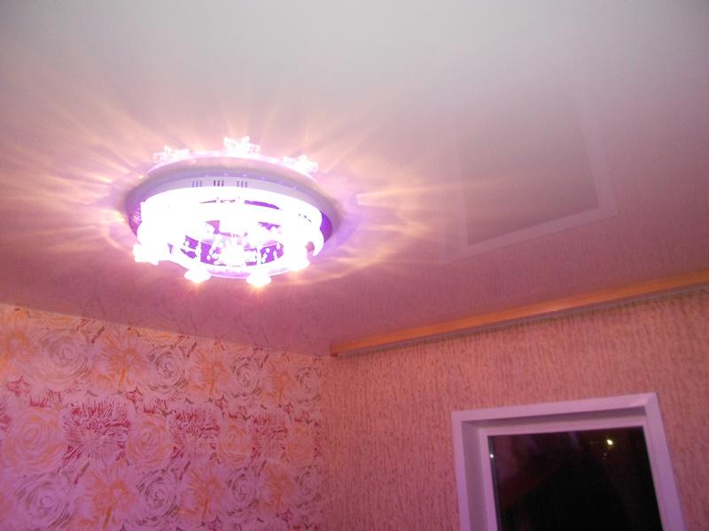 Белый глянцевый натяжной потолок в комнате