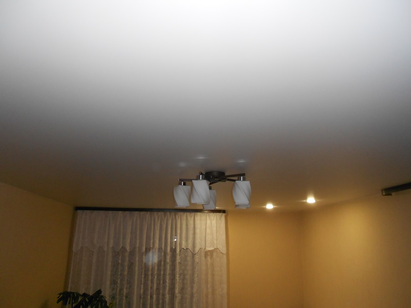 Белый матовый натяжной потолок в гостиной