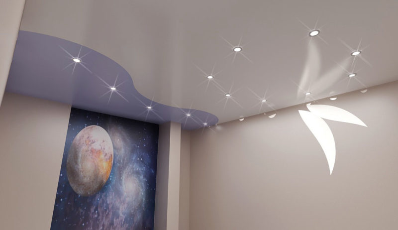 Красивый натяжной потолок и фотообои на стене