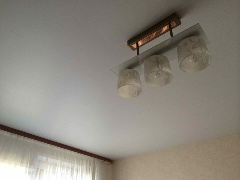 Матовый потолок с потолочным карнизом