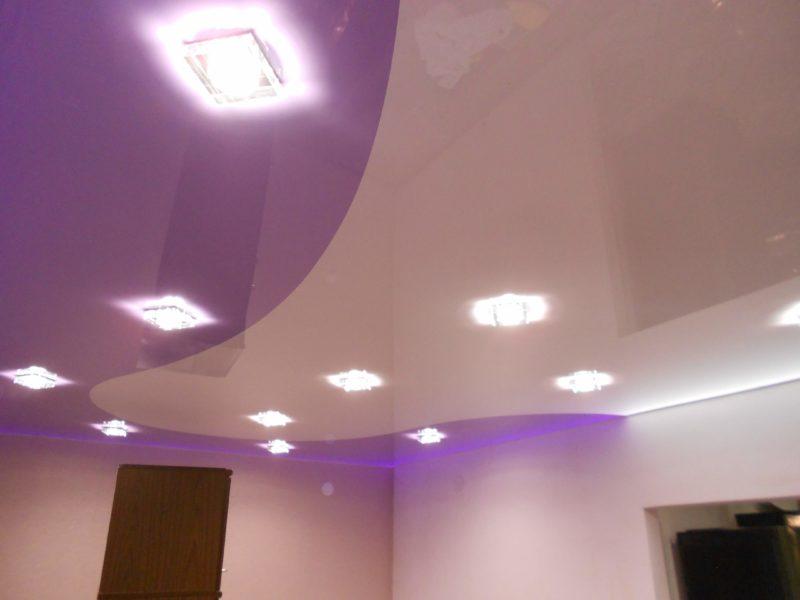 Комбинированный натяжной потолок сиреневого и белого цветов