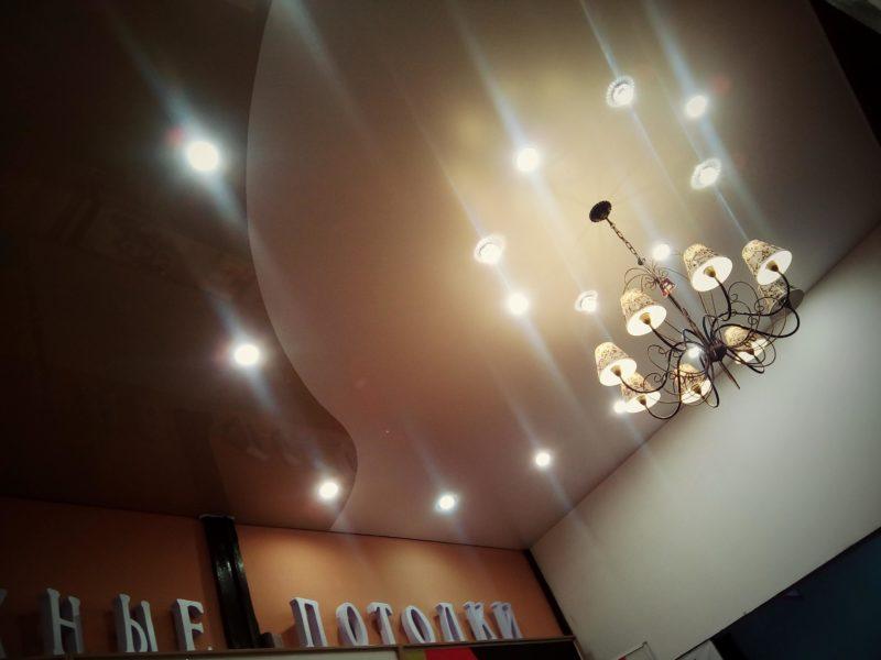 светильники и люстра на натяжном потолке