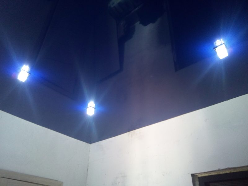 темно синий натяжной потолок в прихожей