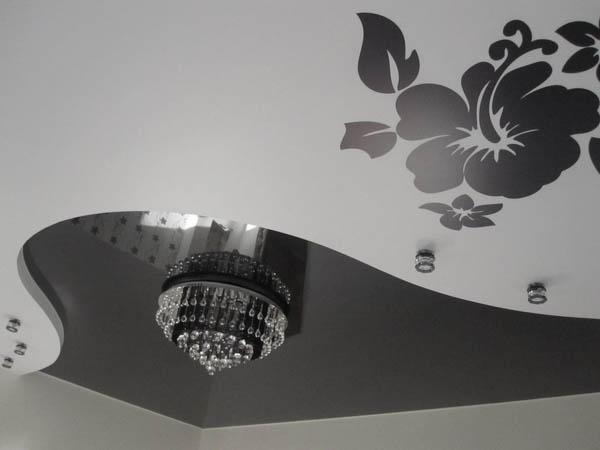 Многоуровневый натяжной потолок с элементами черного глянца и фотопечати черного цвета