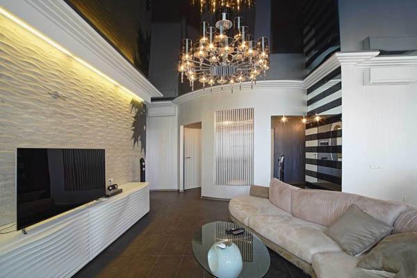 черный глянцевый потолок в гостиной с люстрой