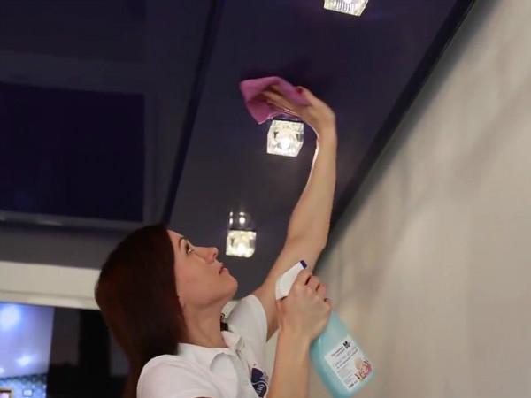девушка моет натяжной потолок