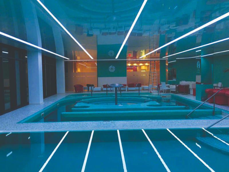 потолок с подсветкой в бассейне