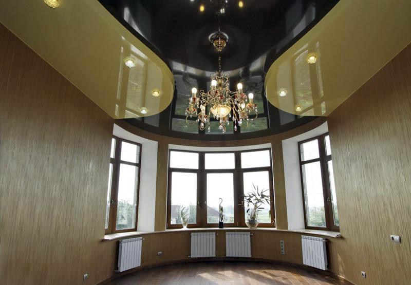черный натяжной потолок в зале