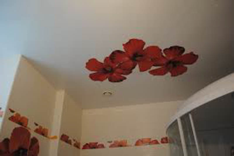 натяжной потолок с красными цветами