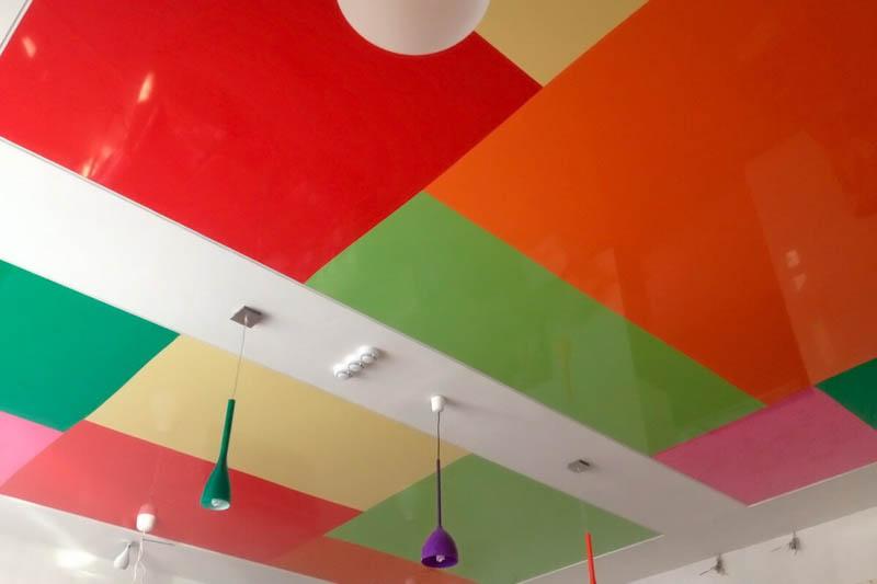 разноцветный потолок