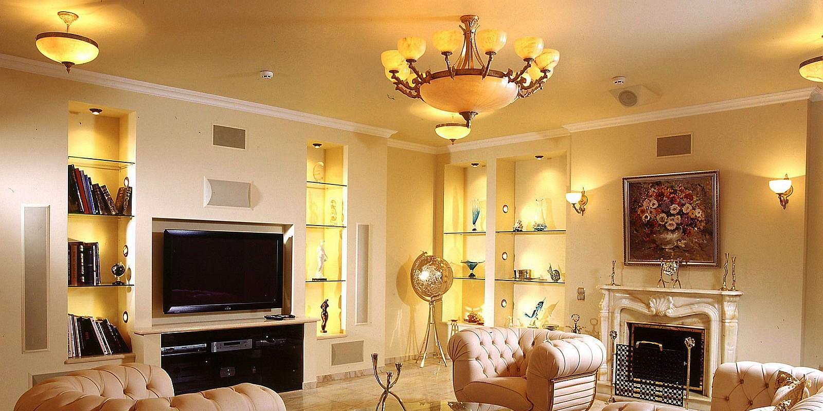 потолок в гостиной с люстрой
