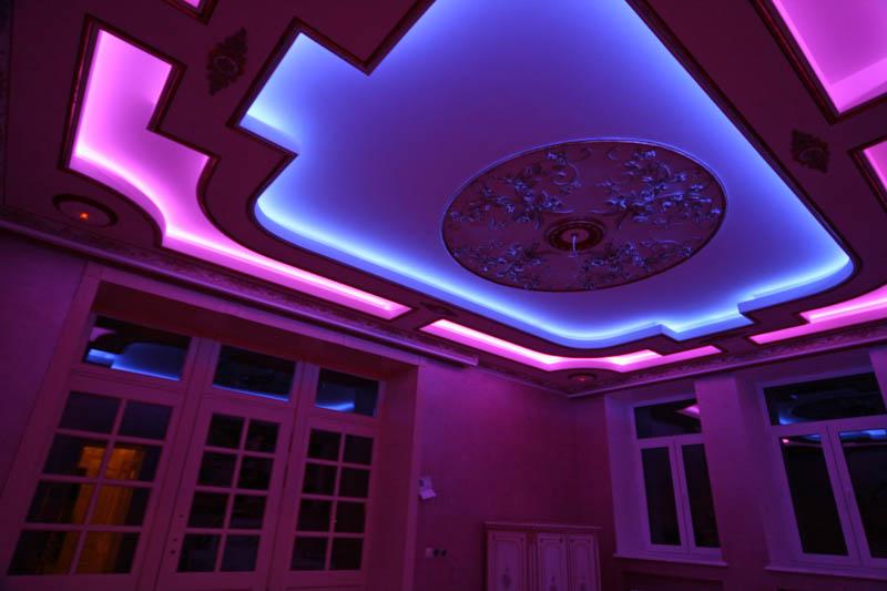 натяжной потолок со скрытым освещением
