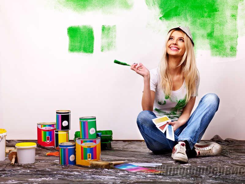 Девушка ремонтирует квартиру