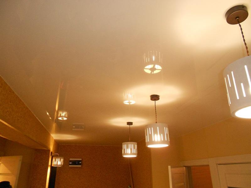 потолок с подвесными светильниками