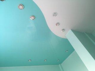 Комбинированный потолок лак и цвет бирюза -3