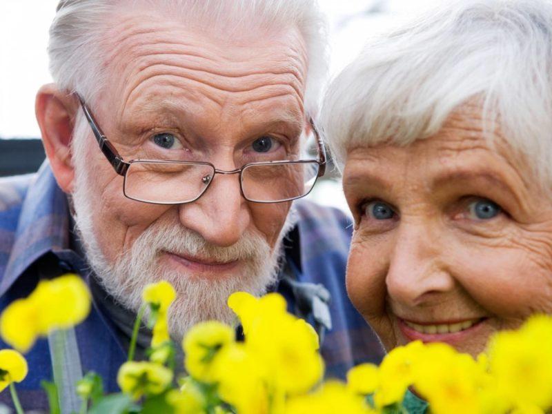 пенсионеры с цветами