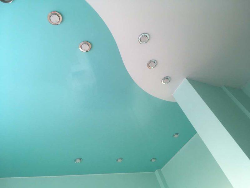 Комбинированный потолок лак и цвет бирюза
