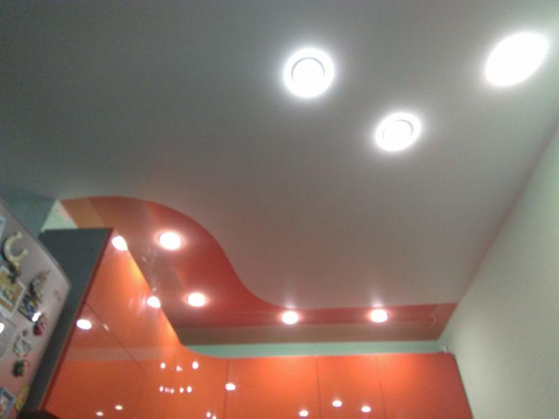 Комбинирование натяжного потолка на кухне