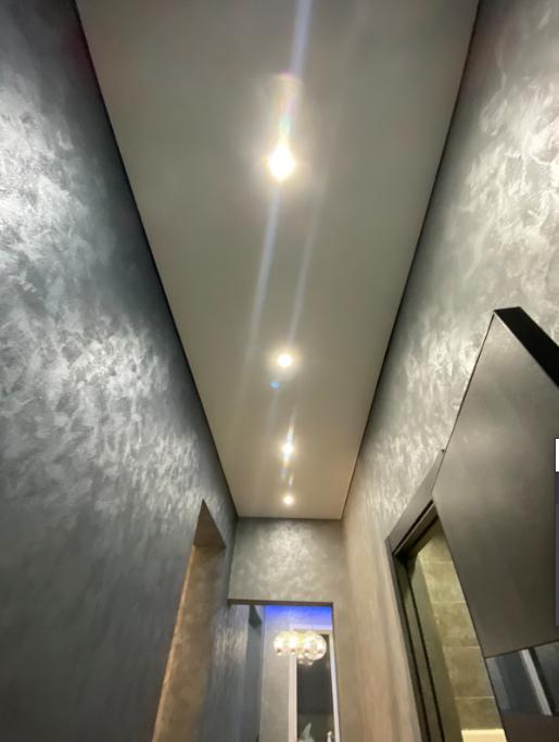 Теневые потолки evro craab в коридоре с установкой