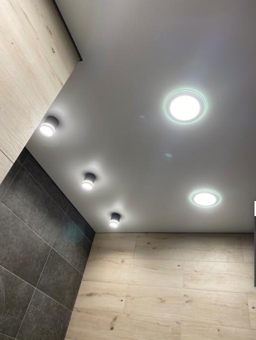 Теневые потолки evro craab в санузле с накладными светильниками