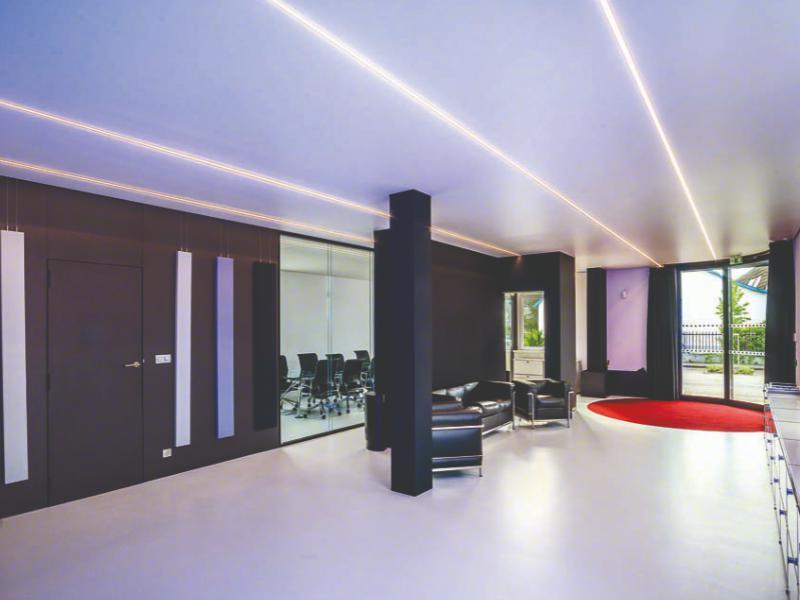 Освещение в комнате световыми линиями