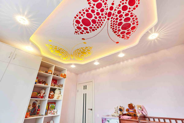 натяжной потолок с подсветкой и рисунком