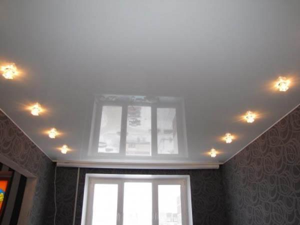 белый натяжной потолок глянец