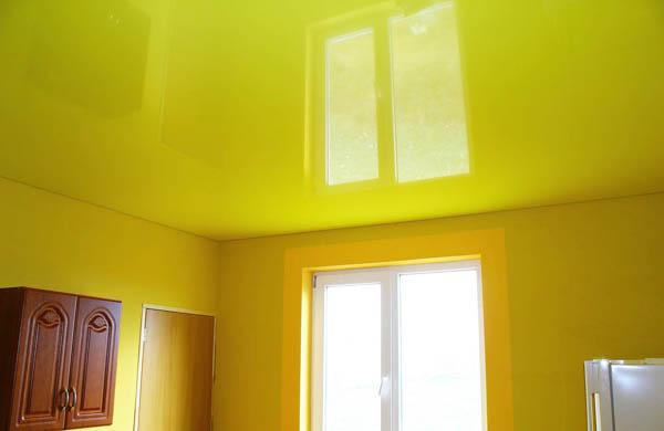желтый натяжной потолок в кухне