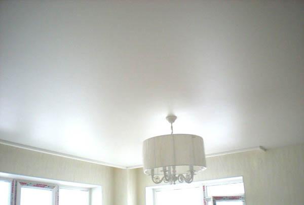 белый потолок с люстрой