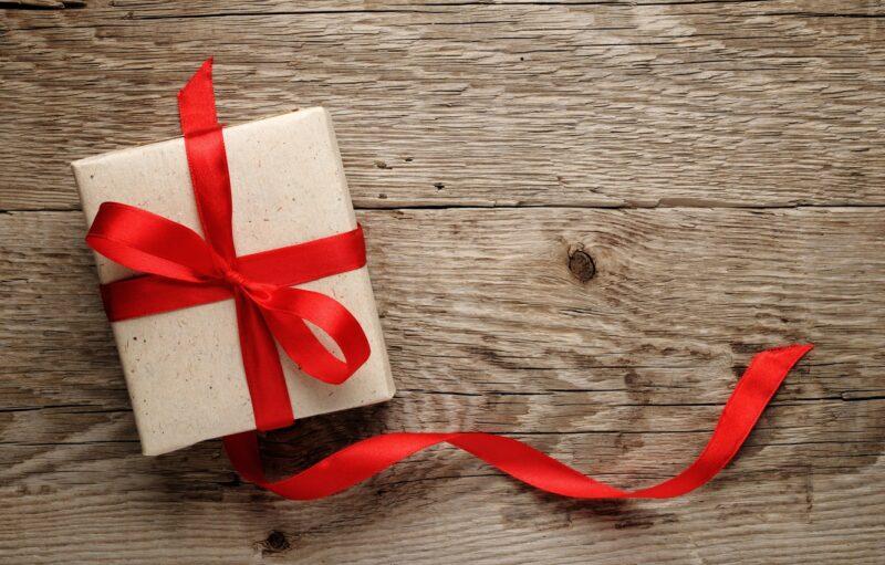 Подарок спрятанный в коробочке с красной лентой