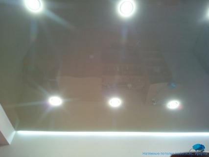 Парящий потолок в гостинной
